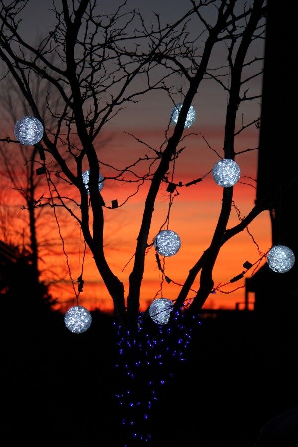 Outdoor christmas bauble lights for Outdoor christmas baubles