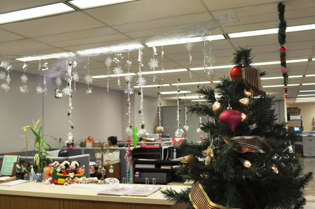 40 office christmas decorating ideas all about christmas for Cheap office decorating ideas