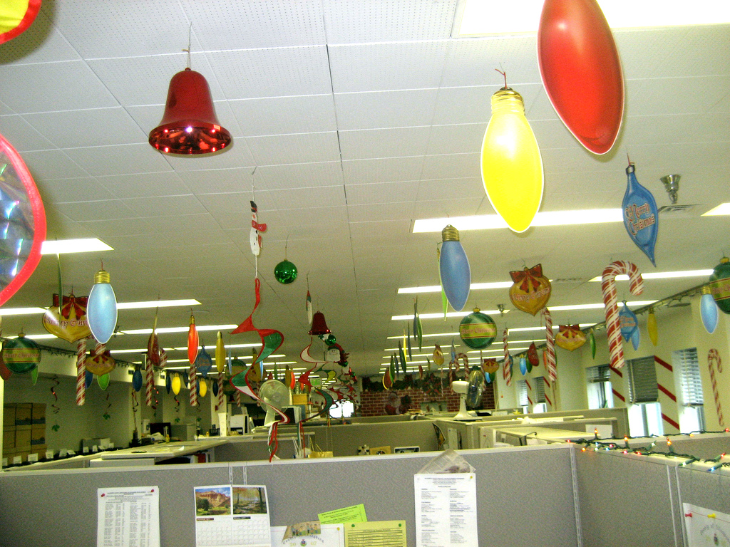 24 source this christmas decorate - Simple Office Christmas Decoration Ideas