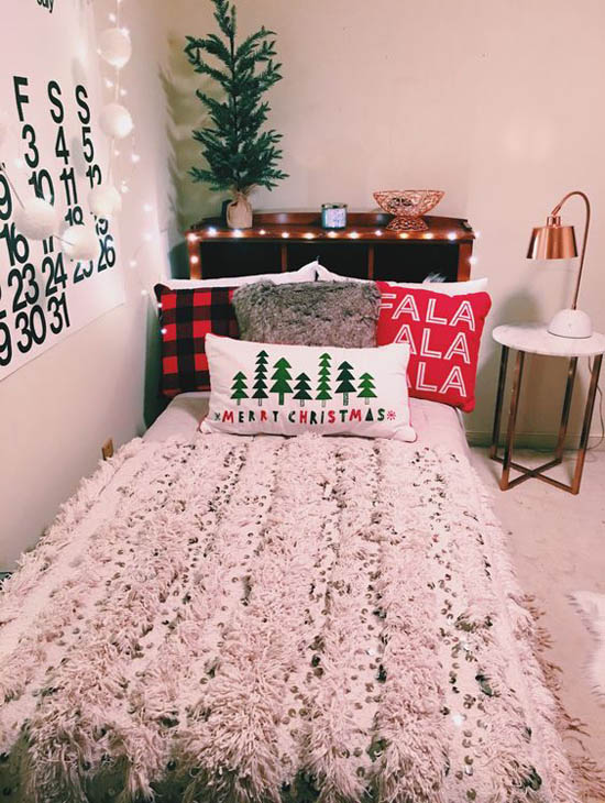 Cheerful Christmas Bedroom. 35 Mesmerizing Christmas Bedroom Decorating Ideas   All About
